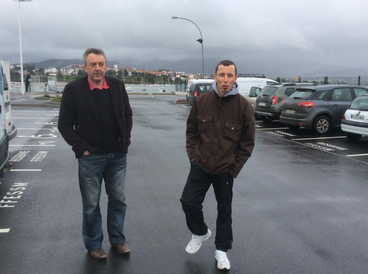 Deux plongeurs impatients... sous le mauvais temps!